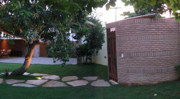 Photo de l'entrée sur rue, depuis le jardin.